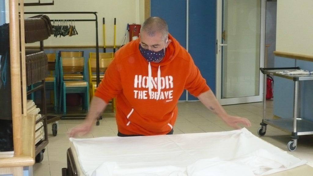 Livraison d'une centaine de draps pour la confection de masques et  blouses par les EEDF Fabian-Aragnouet
